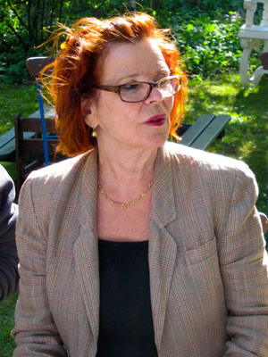 Barbara Bräuer von den Norddeutschen Realisten während des Ortstermins im Bordesholmer Land